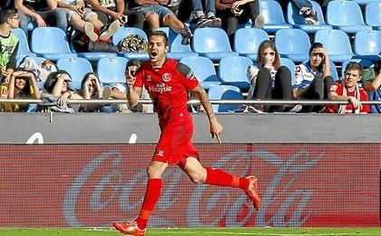 Vitolo celebra uno de sus dos goles conseguidos al Deportivo de La Coruña en Riazor.