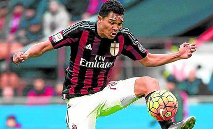 Carlos Bacca controla el balón durante un partido con la camiseta del Milan.