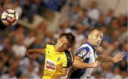En la imagen, Guilherme dos Santos pelea un balón con Inui.