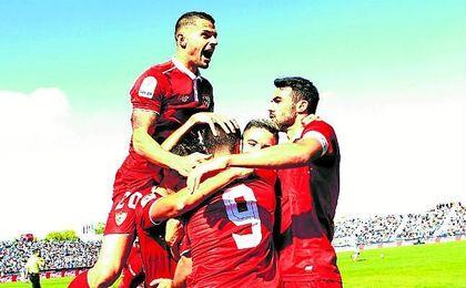 Los futbolistas del Sevilla celebran uno de sus goles contra el Leganés en Butarque.