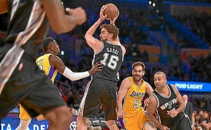 Pau y Calderón, en un lance del encuentro entre Lakers y Spurs.