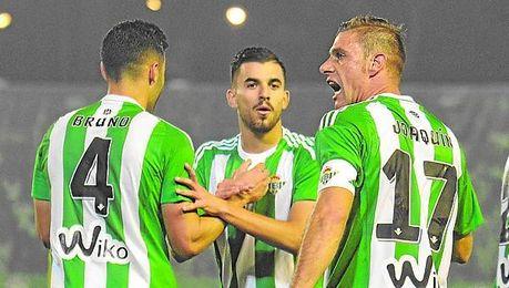 Dani Ceballos parece reclamar la atención de Bruno y Joaquín durante el encuentro ante Las Palmas.