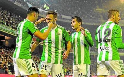 Pezzella y Petros acuden a felicitar por su gol a Bruno, con el carrilero diestro Piccini cerca.