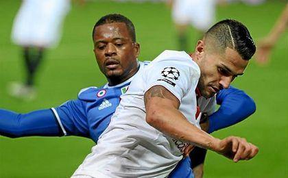 El extremo internacional por España, Vitolo, porfiando con Patrice Evra.