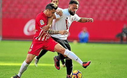Ivi, en un lance del Sevilla Atlético-Almería.