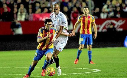 N´Zonzi y Parejo disputan un balón sobre el césped del Pizjuán.
