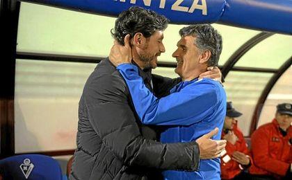 Víctor y Mendilibar se saludan en el Eibar-Deportivo de la 15/16.