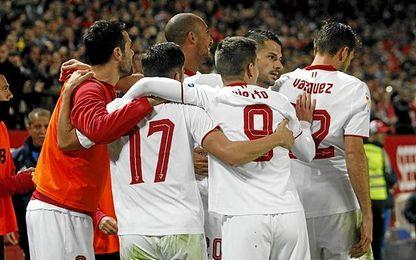 Los jugadores del Sevilla celebran el 1-0.