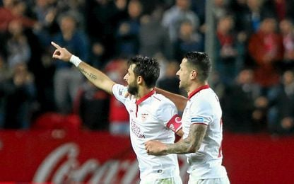 Pareja celebra la diana que dio el triunfo al Sevilla.