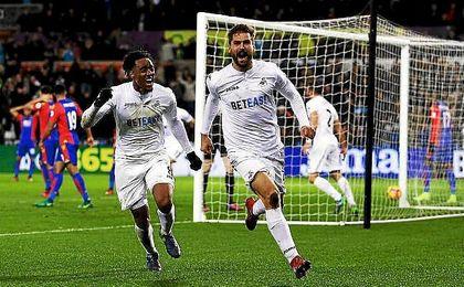 Fernando Llorente anotó un doblete en el descuento para dar la victoria al Swansea.