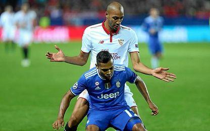 Steven N´Zonzi pugna con Alex Sandro Lobo durante el Sevilla-Juventus.
