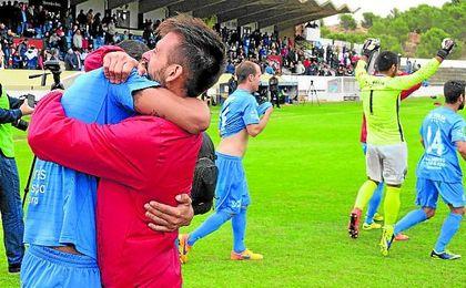 Los jugadores del Formentera celebran el pase a dieciseisavos de la Copa tras eliminar al Tudelano.