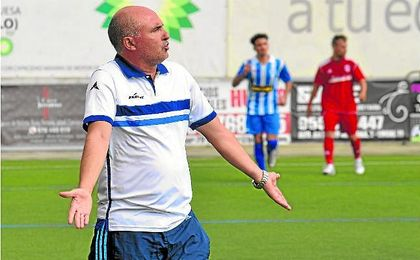 José Ángel Garrido, entrenador del Lora, protesta durante un encuentro.