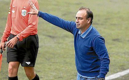 En la imagen, Carlos Conejero da instrucciones durante un envite de la Estrella.