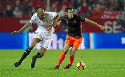 Dani Parejo pugna con N´Zonzi en el Sevilla-Valencia de la presente temporada.