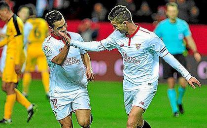 Vietto y Ben Yedder celebran un gol ante el Málaga.