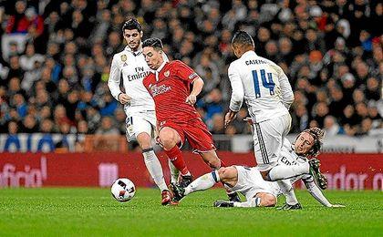 La presión del Madrid en la primera mitad pudo con Nasri.