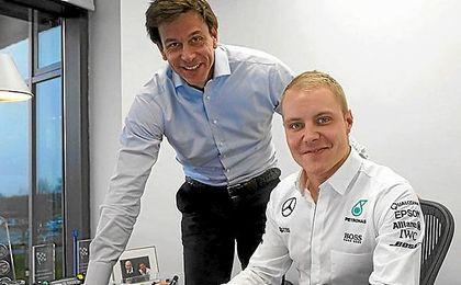 Bottas, junto a Toto Wolff, jefe de la escudería Mercedes.