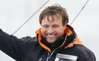 Alex Thomson bate el récord mundial de mayor distancia navegando en solitario en un día