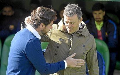 Víctor saluda a Luis Enrique antes del partido.