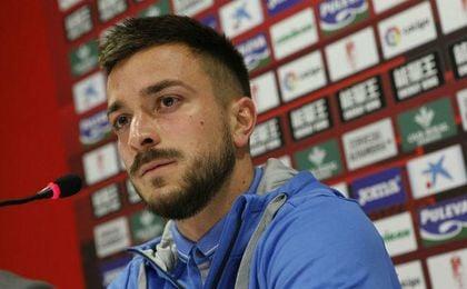 Héctor Hernández, en la rueda de prensa de su presentación como jugador del Granada. GCF.