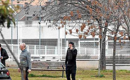 Zozulya, hablando por teléfono, en las instalaciones de la Ciudad Deportiva del Rayo Vallecano.