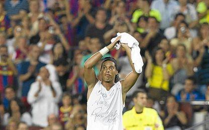 Ronaldinho, en el Camp Nou, con el Milan.