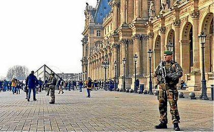 Un soldado dispara a un hombre tras haber sido atacado.