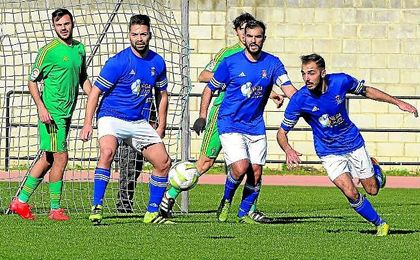 Los jugadores del San José pelean un balón en el triunfo ante el Cádiz B (1-0)