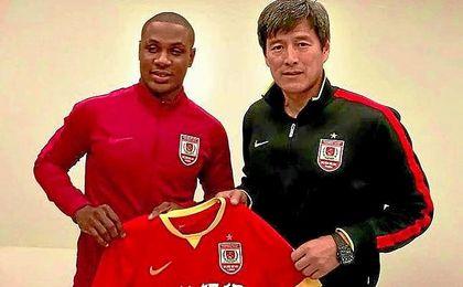 Ighalo posa con la camiseta de su nuevo equipo, el Changchun Yatai.