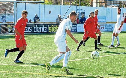 Domi, con el balón controlado, en un lance ante el Sevilla C.