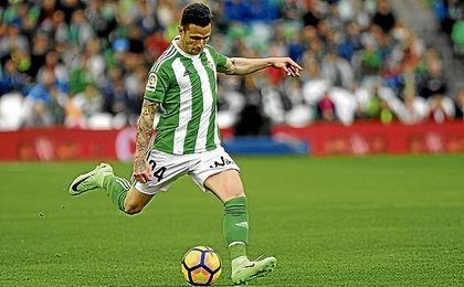 Rubén Castro, en un lance del partido ante el Valencia.