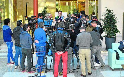 La rueda de prensa de José Lorenzo, agente de Zozulya en España, en la que se ve la gran repercusión mediática del caso.