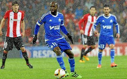 Lassana Diarra conduce el balón en un duelo con el Athletic.