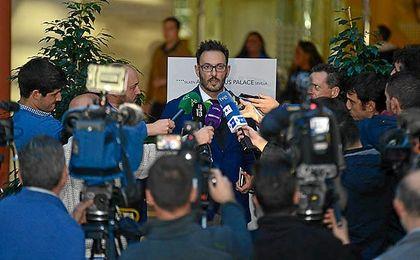 José Lorenzo, agente de Zozulia, ayer atendiendo a los medios.