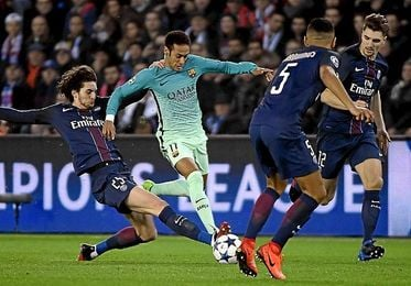 Rabiot roba un balón a Neymar, ante la presencia de Marquinhos y Munier.