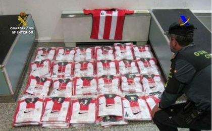 Incautan 241 camisetas falsificadas del Athletic en el aeropuerto de Bilbao