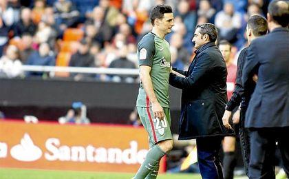 Aduriz saliendo lesionado en el partido liguero del Athletic contra el Valencia.