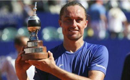 Alexandr Dolgopolov posando con el trofeo.