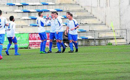 El Alcalá celebra el 3-0 conseguido por Gonzalo previa asistencia de Jairo Caballero. Jesús Sánchez.