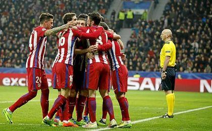 El Atlético de Madrid celebra uno de sus cuatro goles en Leverkusen