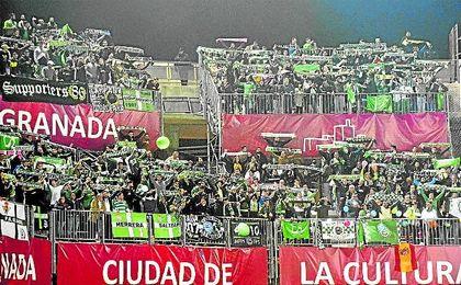 Aficionados verdiblancos desplazados al Estadio Nuevo Los Cármenes de Granada.