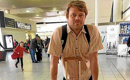 Una de las estrellas mundiales del surf atrapada en un aeropuerto.