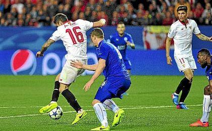 Jovetic asiste a Correa en la jugada del segundo gol sevillista.