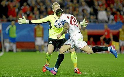 Vitolo rondó el gol, pero Schmeichel fue el mejor del Leicester.