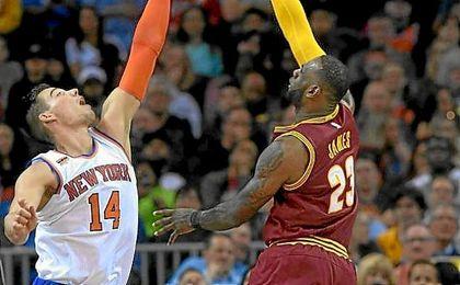 Willy Hernangómez intenta hacer un tapón a LeBron James.
