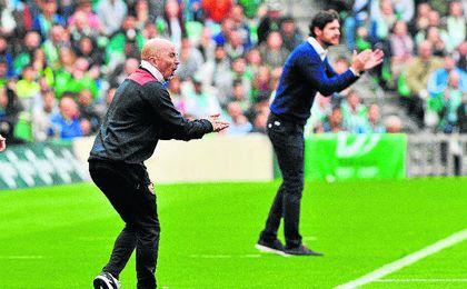 Sampaoli y Víctor animan a sus jugadores en la banda del Benito Villamarín.