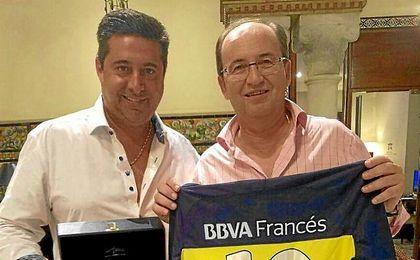 José Castro, junto a Angelici, en su visita a Boca Juniors.
