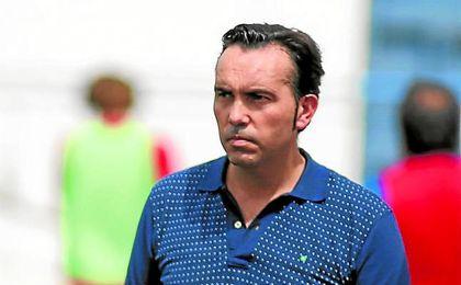 En la imagen, Miguel Ángel Montoya observa un rencuentro de sus pupilos en el San Juan Bosco.