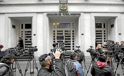 Imagen de los medios de comunicación a las puertas de la sede de la AFA.